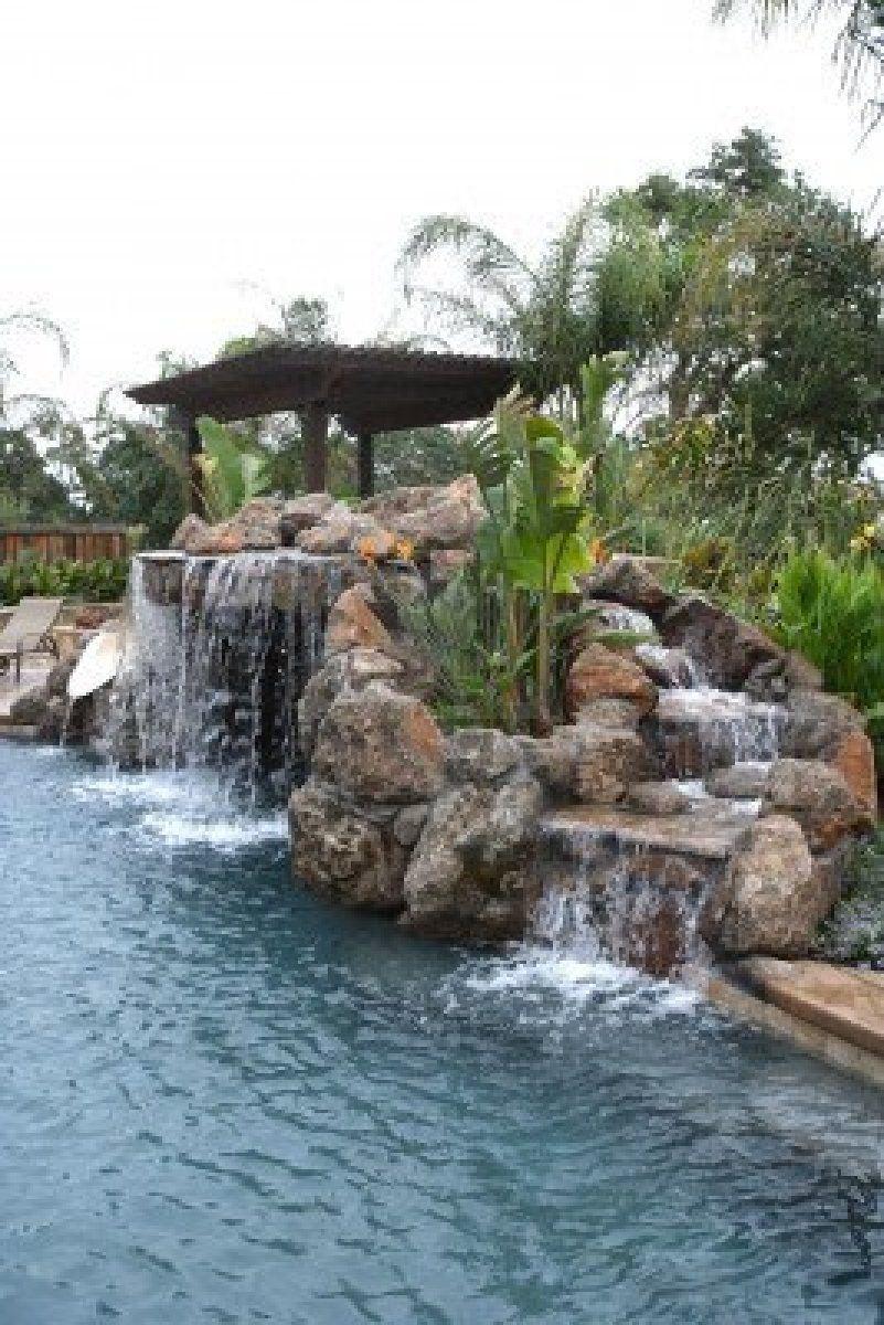 Une Chute Deau Dans Une Piscine Dans Un Luxueux Jardin ... tout Chute D Eau Bassin De Jardin
