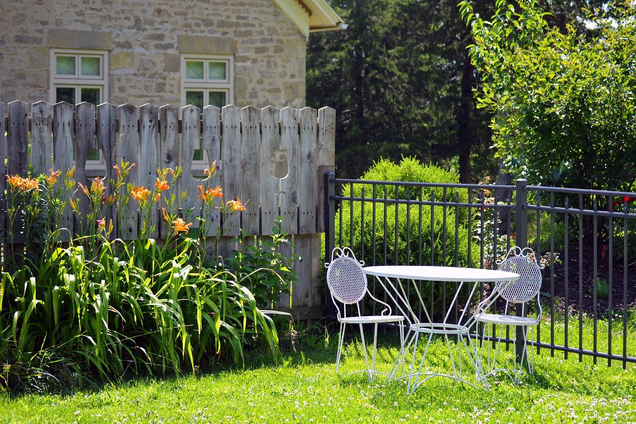 Une Clôture Pvc En Kit Pour Votre Jardin serapportantà Panneau Pvc Jardin