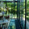 Une Véranda Luxueuse Donne Vue Sur Un Jardin Luxuriant ... intérieur Verriere Jardin