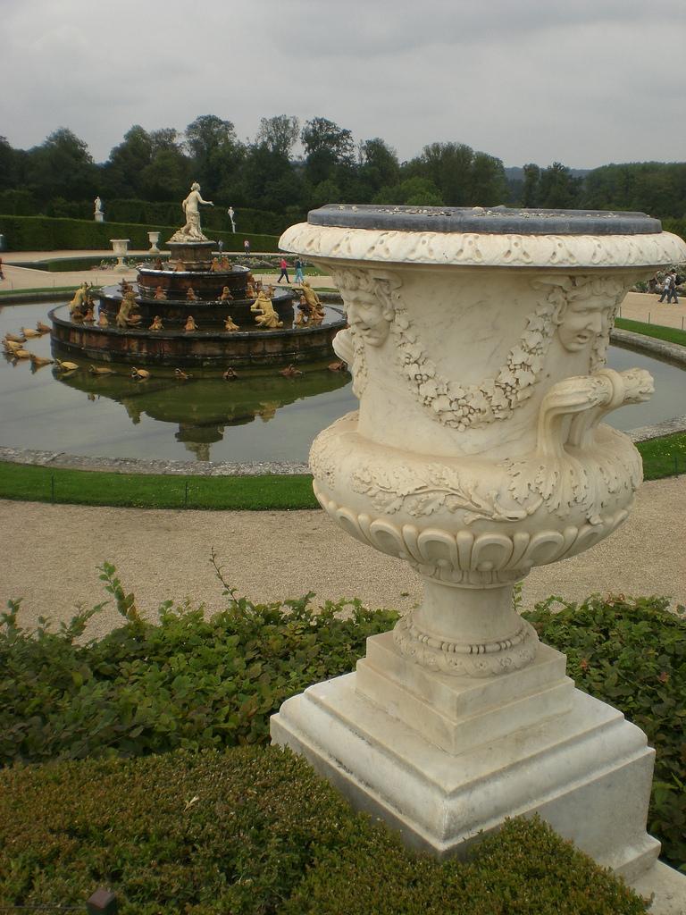 Vase En Pierre, Décor De Têtes De Satyres Et De Guirlandes ... pour Vase En Pierre Jardin