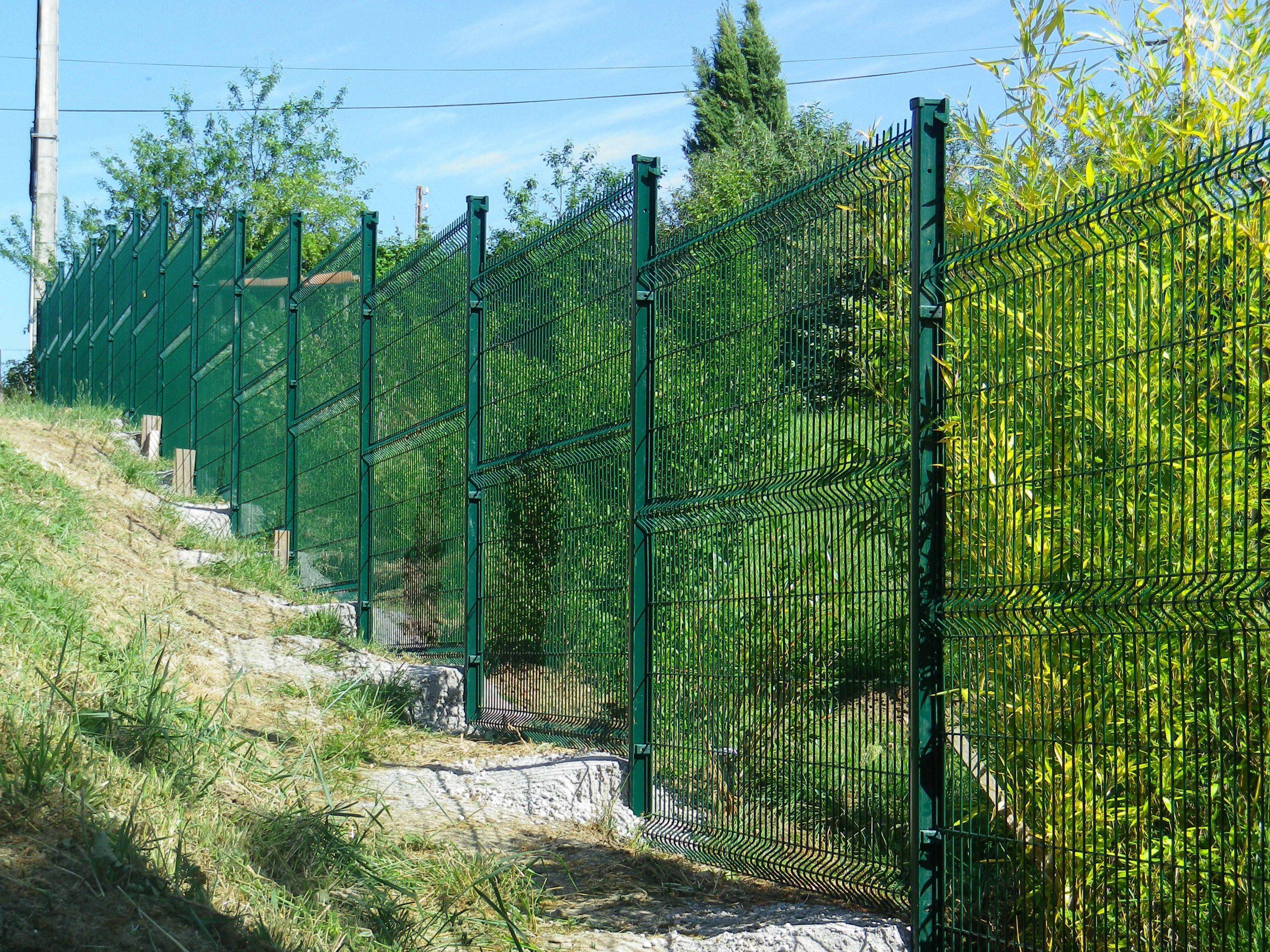 Clôture Rigide En Pente | Amenagement Jardin En Pente ... destiné Grillage De Jardin Rigide