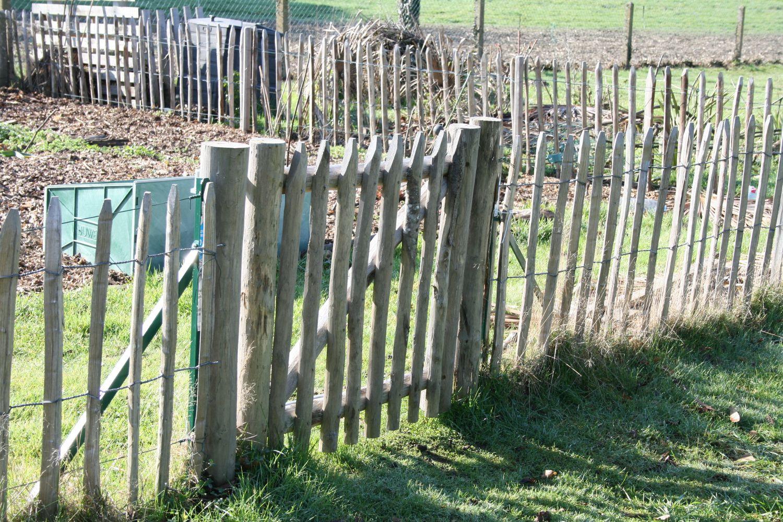Comment Trouver Des Idées De Clôtures Par Trop Chères Pour ... destiné Separation Jardin Pas Cher