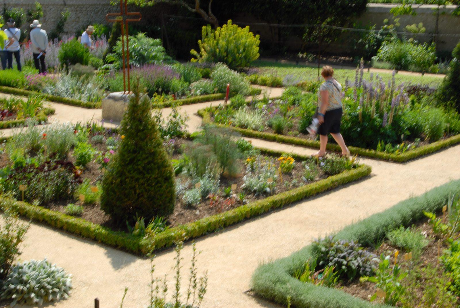 Dans L'enclos De La Cure De Chédigny, Un Jardin Témoigne Du ... encequiconcerne Enclos Jardin