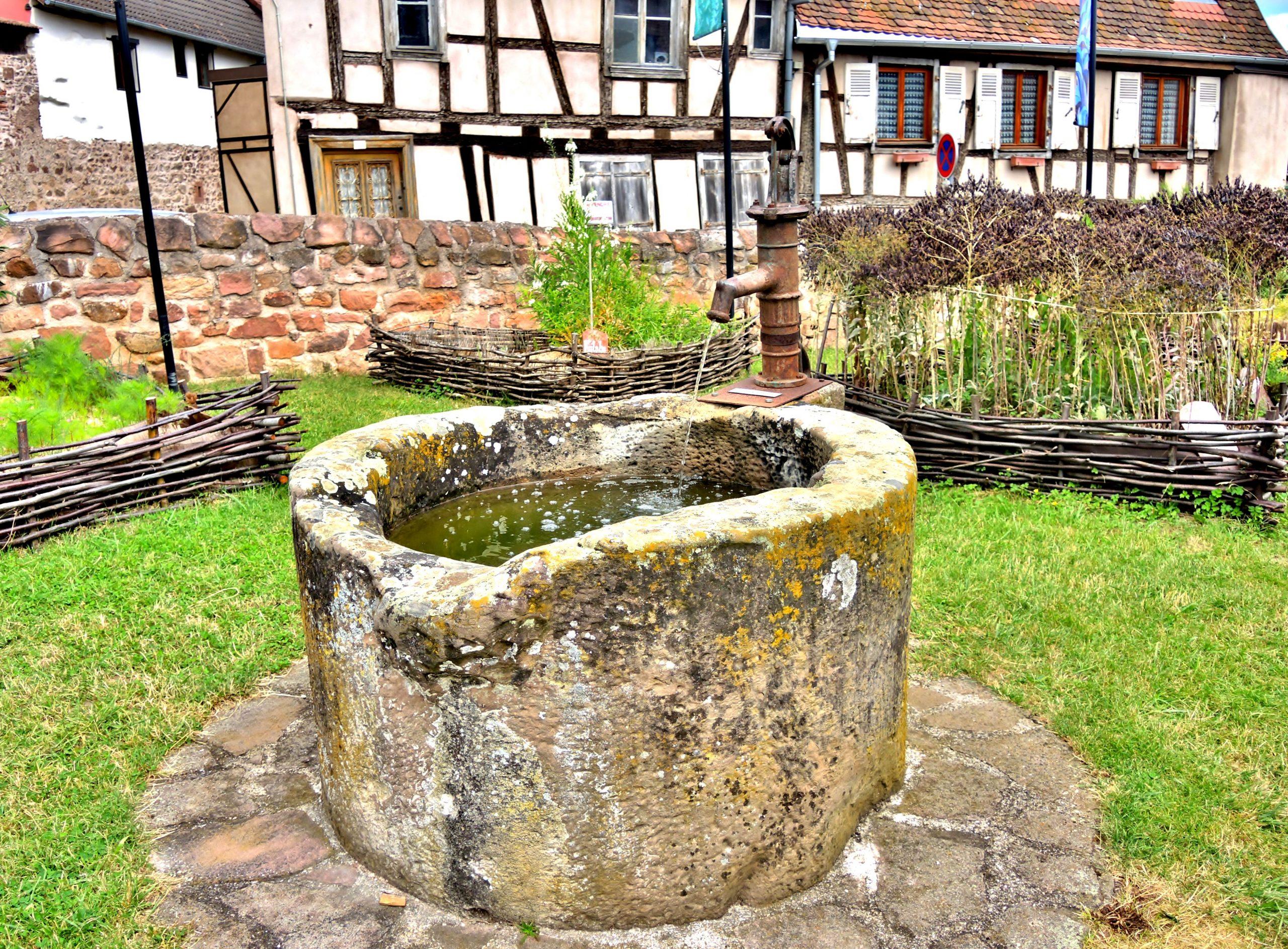 File:puits Ancien Dans Le Jardin Médiéval.jpg - Wikimedia ... tout Puit De Jardin