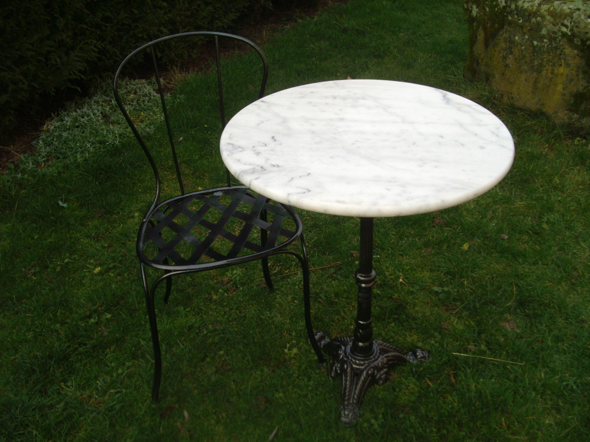 Table Marbre Avec Pied En Fonte Et Sa Chaise En Fer Forgé ... à Table Jardin Marbre Fer Forgé