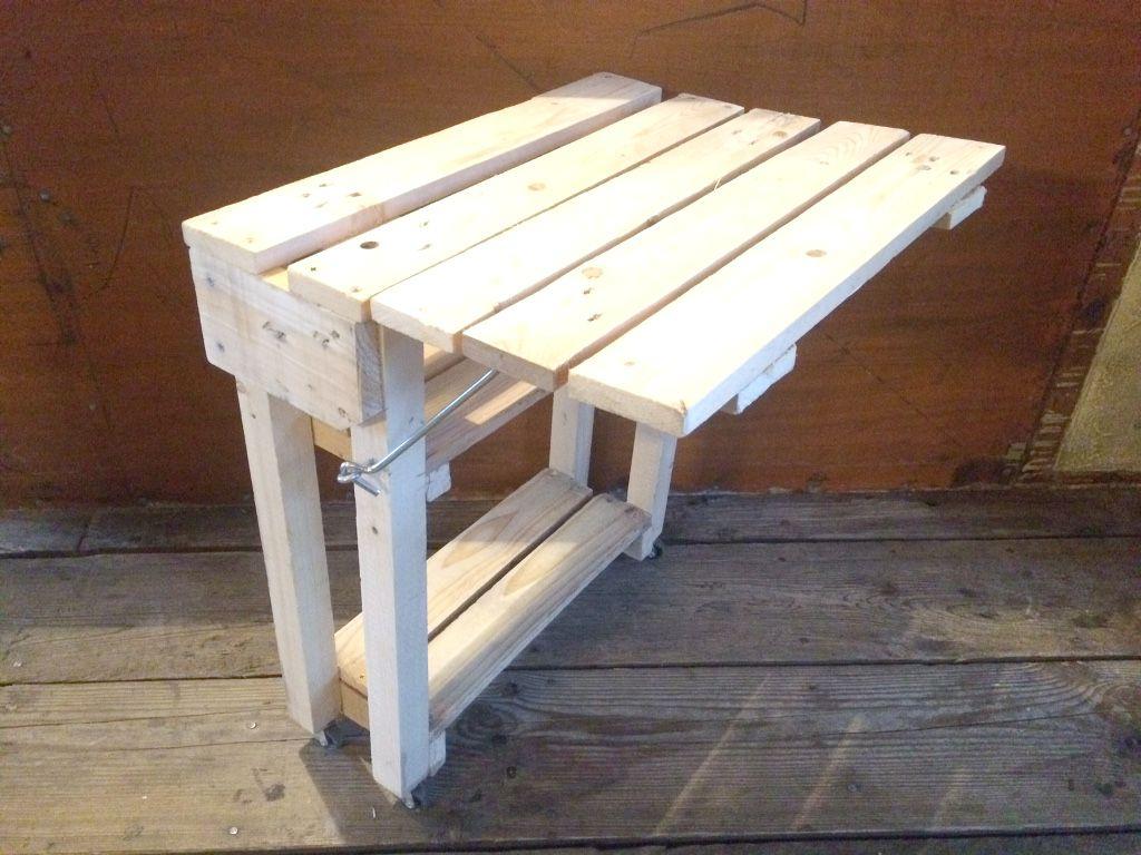 Table Pliante En Bois De Palette Pour Petit Balcon Parisien ... destiné Table De Jardin En Bois Pliante