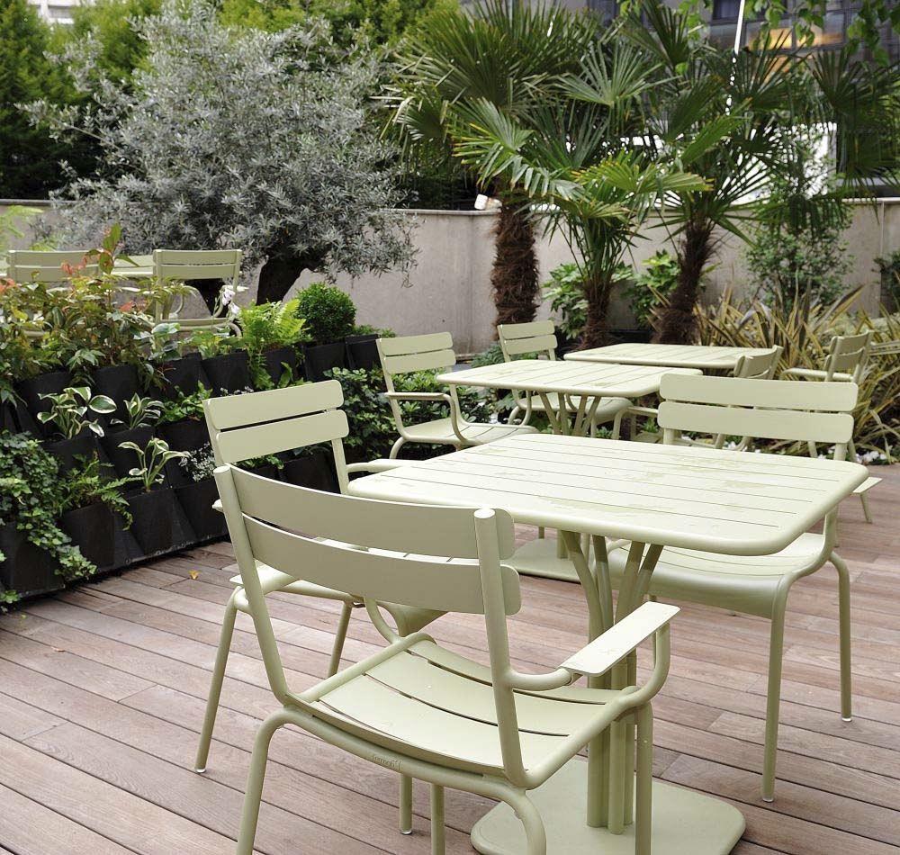 Terrasse Avec Table Et Fauteuils #luxembourg Couleur #vert ... dedans Meubles De Jardin Luxembourg