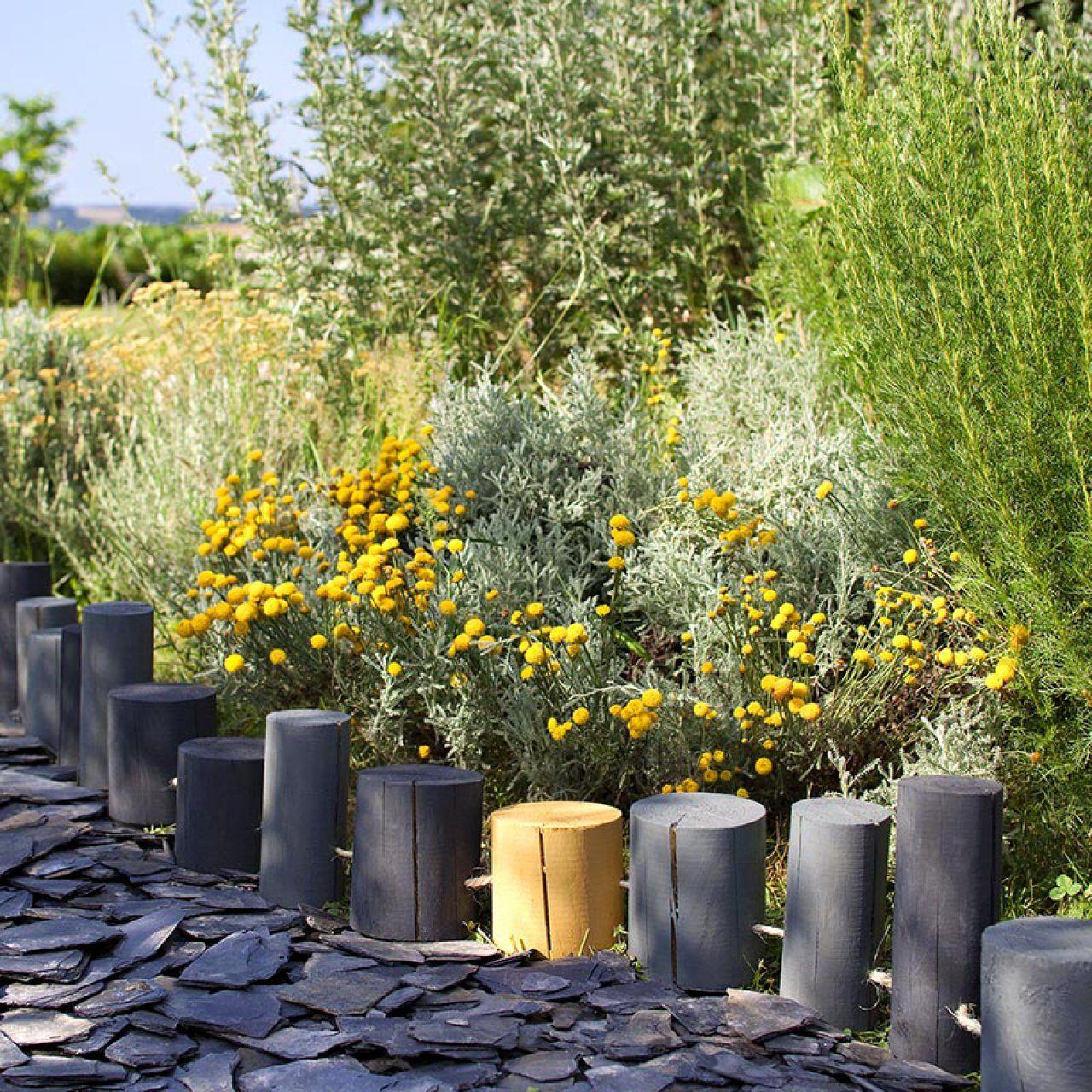 Une Bordure De Rondins Pour Le Jardin | Amenagement Jardin ... à Bordure Rondin Bois