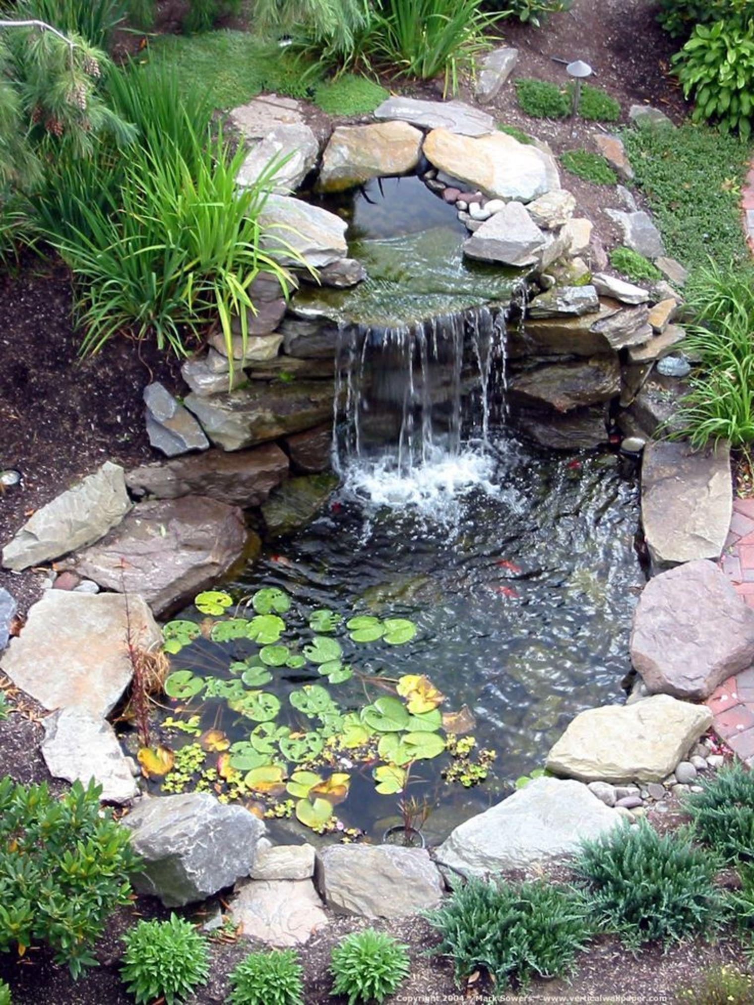 Une Cascade D'eau Dans Un Bassin De Jardin Parfaitement ... intérieur Bassin De Jardin Moderne