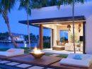 Une Cheminée Extérieure À Côté D'une Piscine Design Outdoor ... pour Mobilier De Jardin Design De Luxe